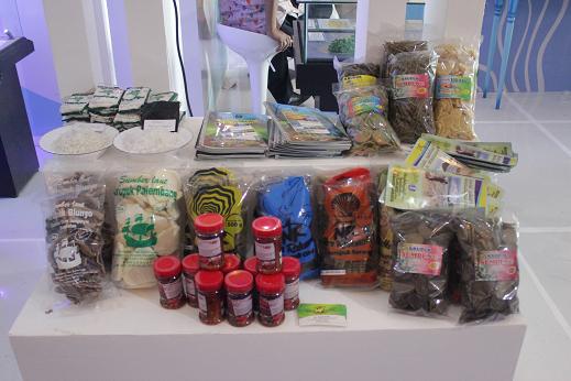 Aneka produk olahan hasil perikanan di booth Dinas Perikanan dan Kelautan Provinsi Jawa Timur