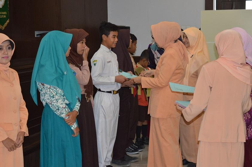 Penyerahan Bantuan Pendidikan Putra Putri dan Bantuan Modal Usaha Anggota Dharma Wanita Dinas Perikanan Dan Kelautan Provinsi Jawa Timur