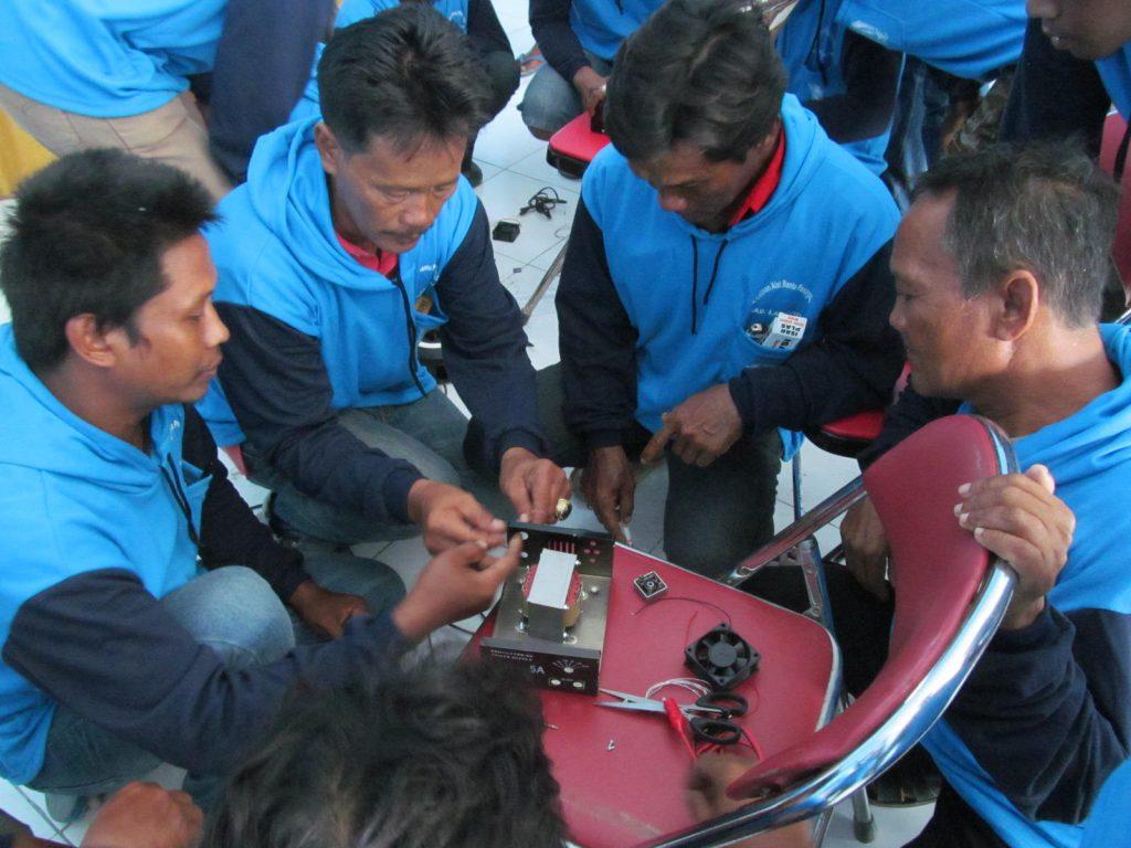 Proses pelatihan alat bantu penangkapan (lampu celup dalam air)