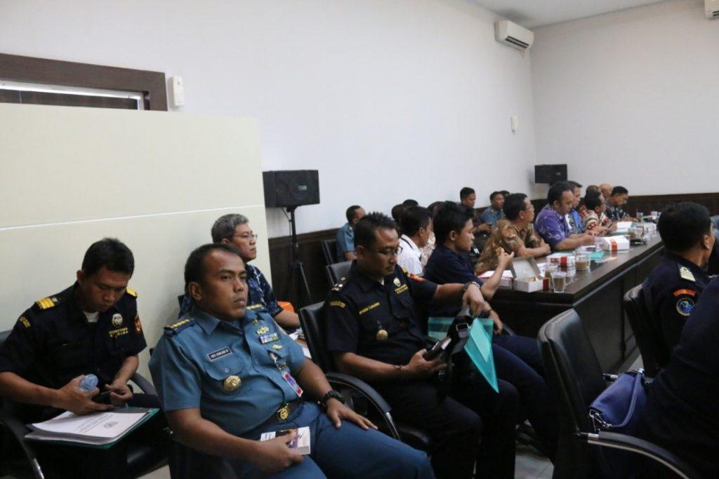 Peserta pada kegiatan forum koordinasi penanganan tindak pidana perikanan di Provinsi Jawa Timur