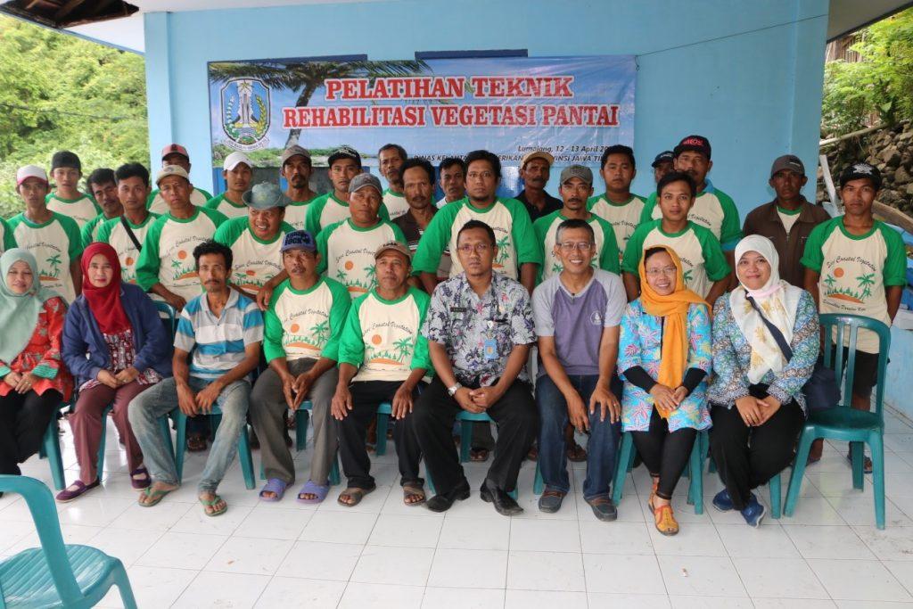 Foto bersama peserta Pelatihan Teknik Rehabilitasi Vegetasi Pantai