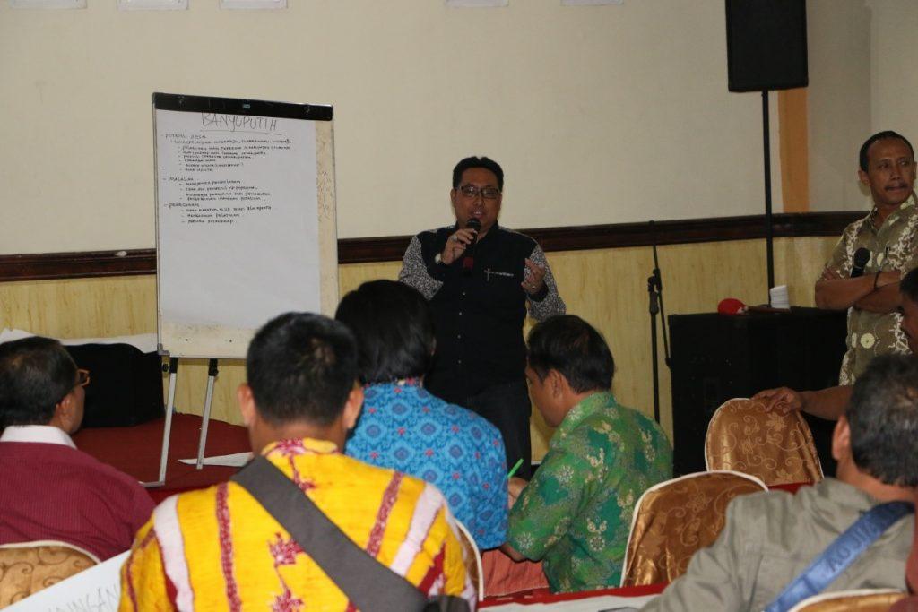 Pemaparan hasil diskusi kelompok oleh perwakilan peserta