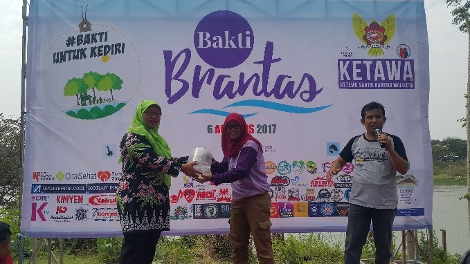 Restocking benih wader di Sungai Brantas Kota Kediri