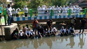 Restocking benih wader bersama anak-anak sekolah