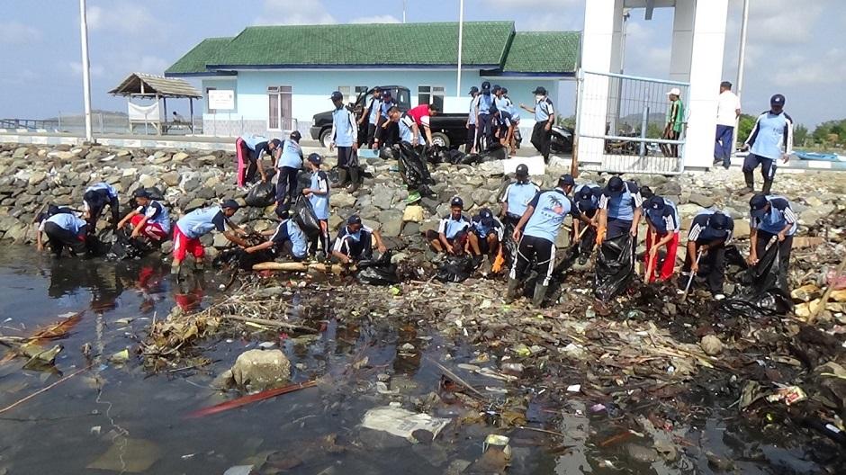 Kegiatan bersih - bersih pantai