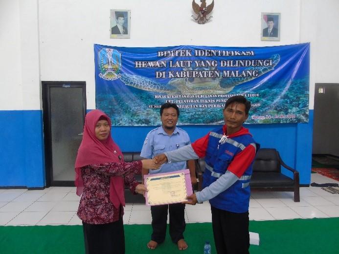 Penyerahan sertifikat kepada peserta Bimtek secara simbolik